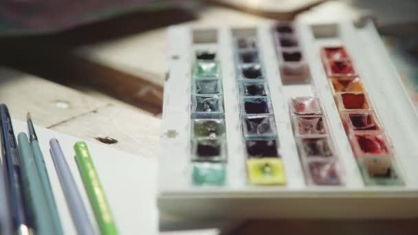 Gouache festékek a különböző színek készlete. Működő paletta