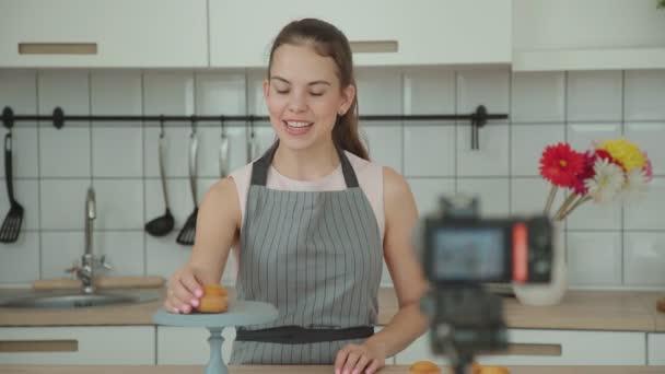 vlogger Süßwaren begrüßt die Anhänger. Konditorei-Blog