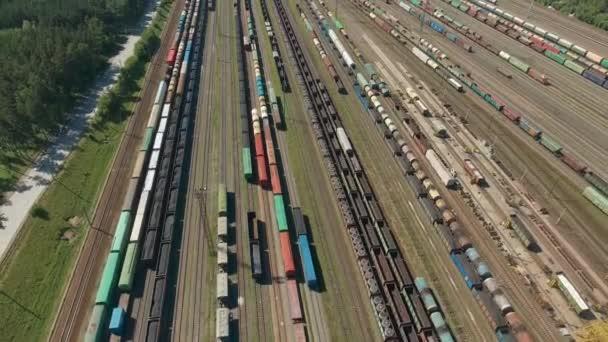 Vasúti áruszállító vonatok felett repülő. Vasutak és export konténer vonatok