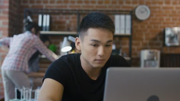 Obsah etnické muž pomocí přenosného počítače
