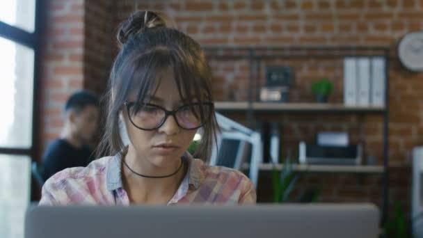Zamyšlená dívka pomocí počítače