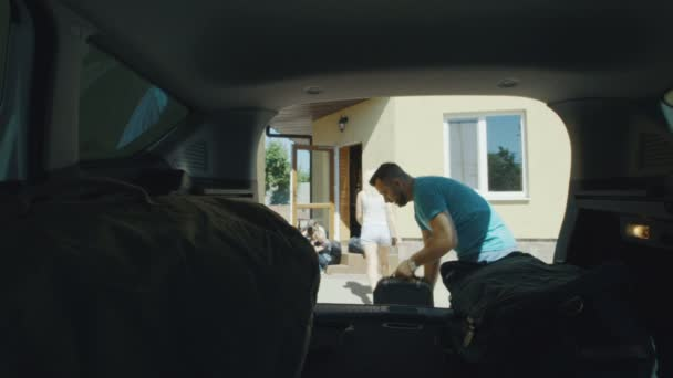 Rodinné balení tašky v kufru auta