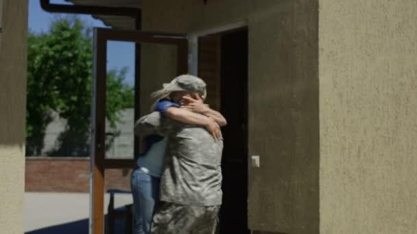 liebevolle Frau trifft Soldat zu Hause