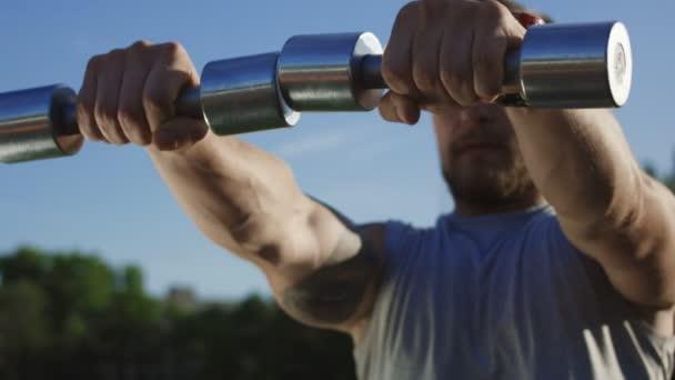 Tetovaný brutální sportovec školení na hřišti