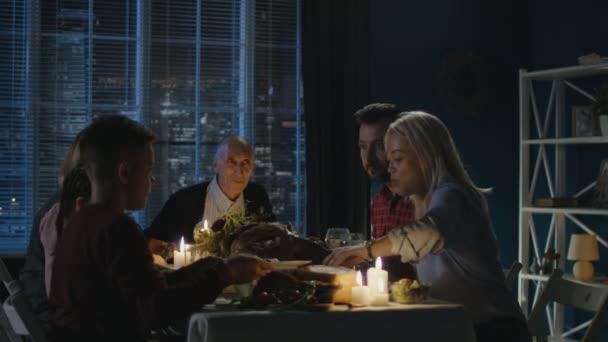 Család Hálaadás vacsora otthon