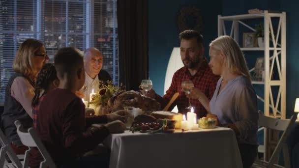 Rodina společně na večeři díkůvzdání