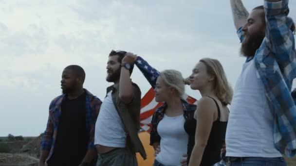 Klippe Freunde mit Flagge unterwegs