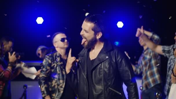 Rockmusiker Gestikulieren für Fotografen