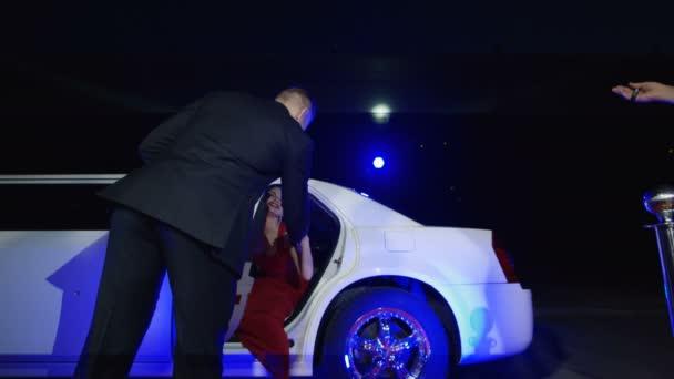 Promi im roten Kleid gibt Autogramme