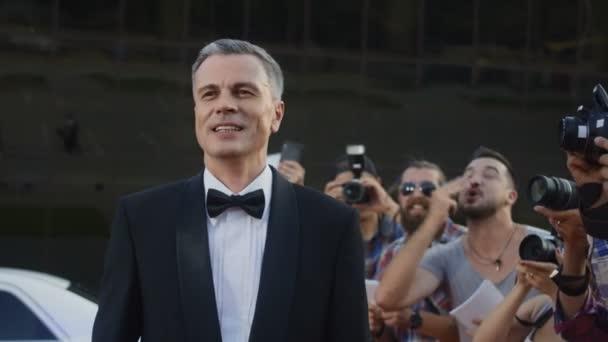 Erwachsener berühmter Mann auf rotem Teppich