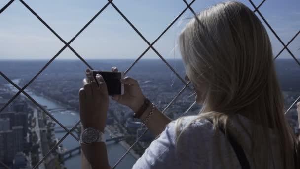 Žena pořizování Foto panoráma s smartphone