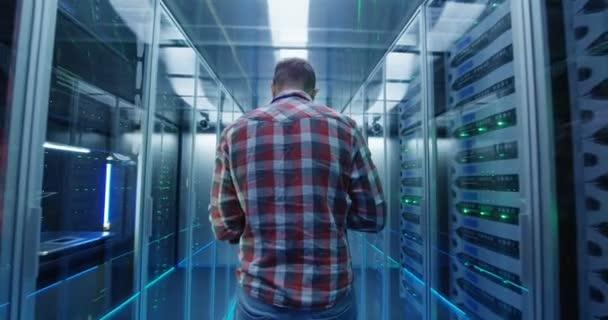 Inženýr s tabletem v serverovně