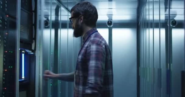 bärtige Spezialistin setzt Server in Rechenzentrum ein