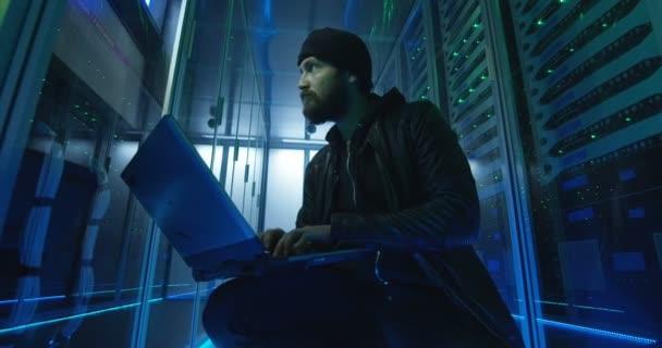 Dospělý muž hacking serverů s počítačem