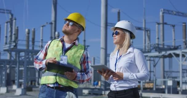 Coworking inženýři s tablety na solární elektrárny