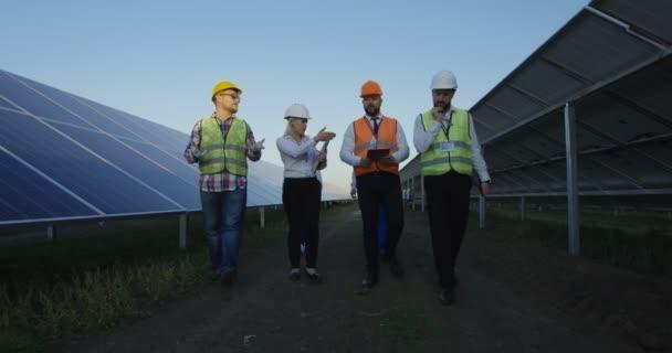 Elektrických pracovníků v solární farmy
