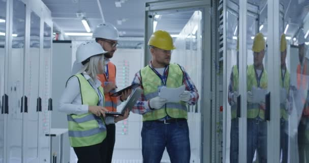 drei Elektroarbeiter bei der Überprüfung von Dokumenten