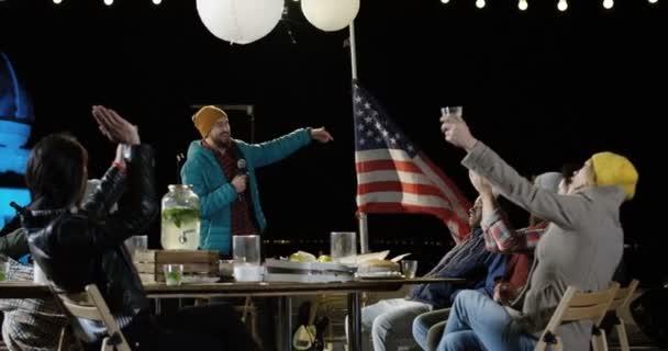 Ember beszél, barátja bemutatni, egy tetőtéri partin