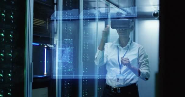 Vr szemüveg egy adatközpontban dolgozó fiatal nő