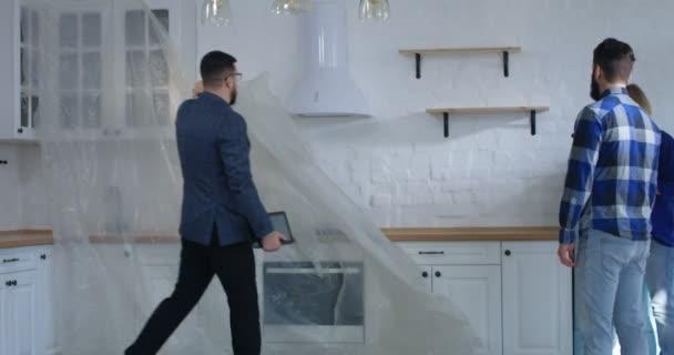 Realitní agent znázorňující ubytování na pár