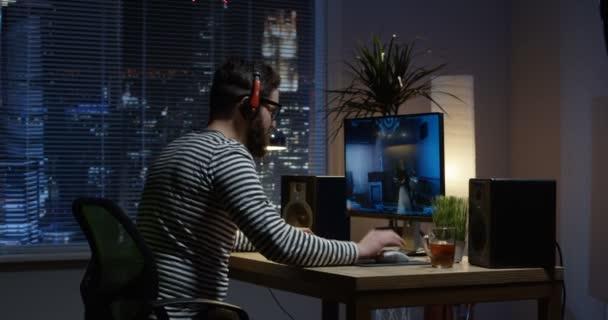Střední záběr mladého muže hrát video hry uvnitř místnosti