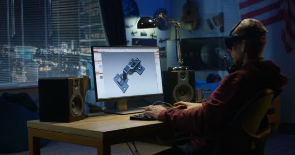 Mann entwerfen Scharnier auf einem computer