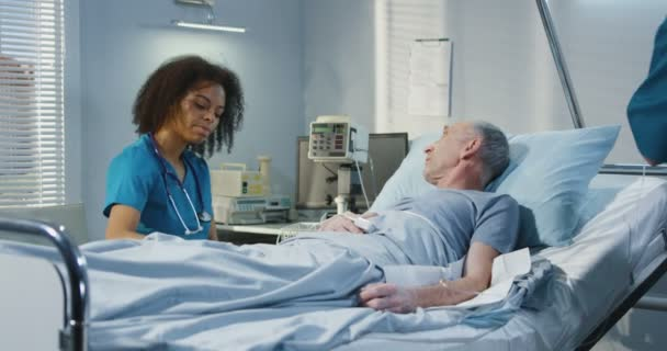 Doctor visiting patient in hospital