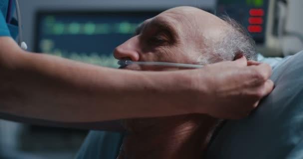 Sestra umísťování nosní kanyly do nosu pacientů