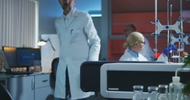 Wissenschaftler lädt Fläschchen in eine Testmaschine