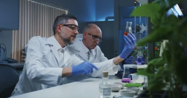 Wissenschaftler untersuchen verschiedene Flüssigkeiten