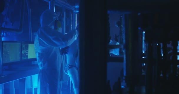 Wissenschaftler und Roboter bei Wartungsarbeiten