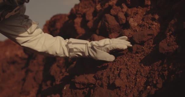 Astronaut vizsgálata szikla a Marson