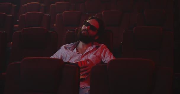 Sicherheitspersonal weckt schlafenden Kinobesucher