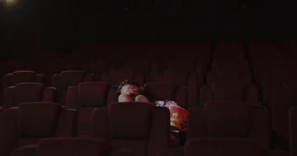 Goromba film-menő dobott pattogatott kukorica a moziban nézőtér