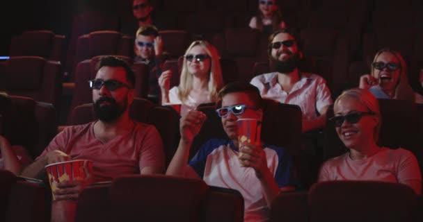 Apa és fia néz komédia a moziban