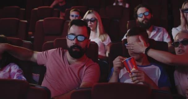 Eltern verdecken ihre Kinderaugen im Kino