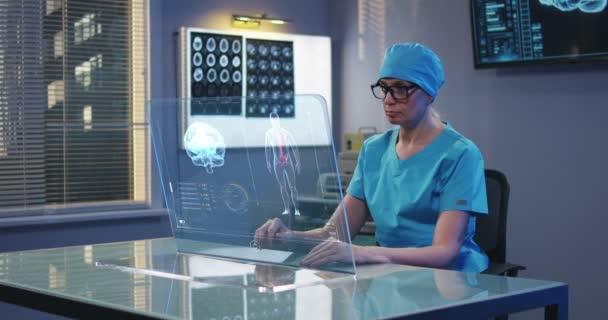 Chirurg používající průhlednou zobrazovací obrazovku