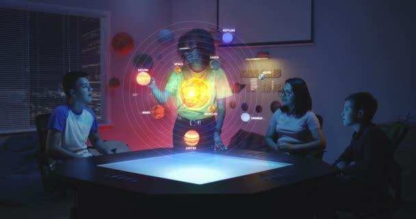 Učitel používající hologram na sluneční soustavě ve třídě