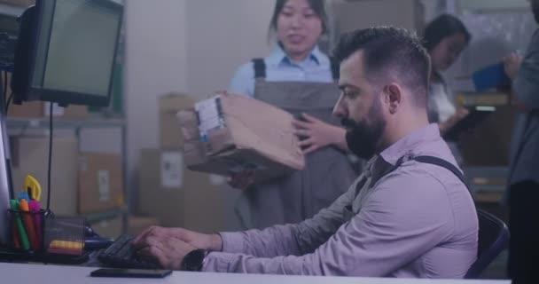 Pracovníci kontrolující poškozený balíček