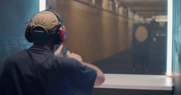 Männlicher Nachlader und Pistolenschuss in Galerie unkenntlich