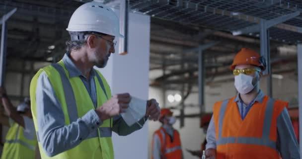 Ingenieur spricht während Pandemie mit Arbeiter