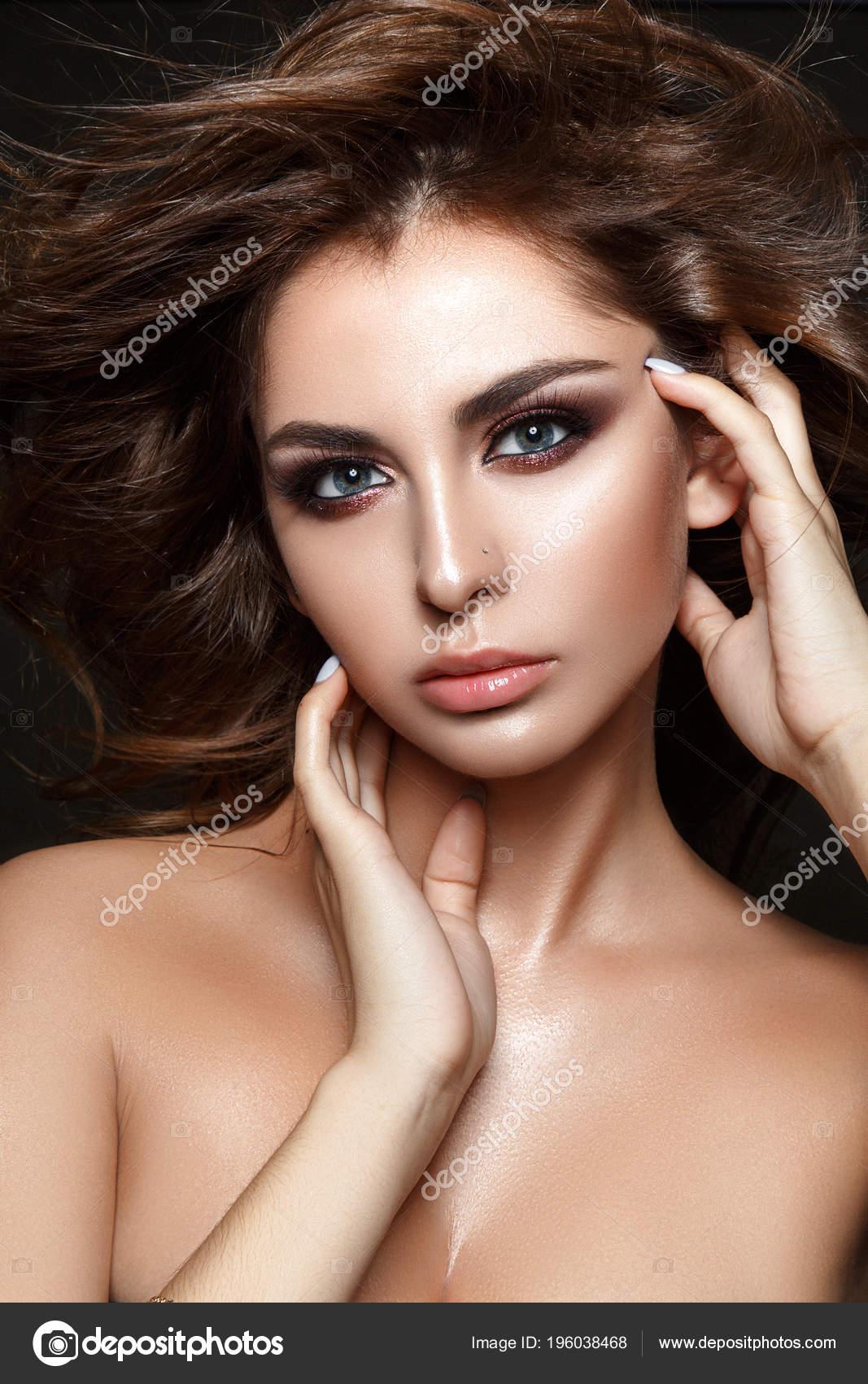 79bcd332fc49 Krásná Žena Portrét Windy Vlasy Glamour Večer Make Upu Opálenou ...