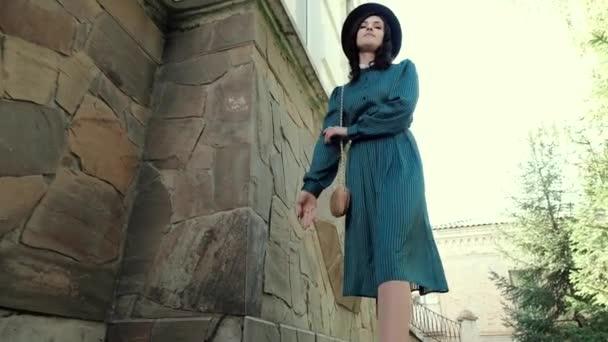 Bild einer jungen Dame in Vintage-Kleid und Hut.