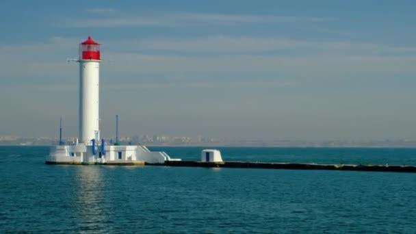 Moře přístavu Oděsa. Maják. Ukrajina. Černé moře. Počátkem podzimu