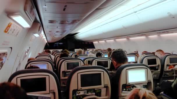 dopravní letadlo osobní kabině lidí dívat se na televizi provedení letu