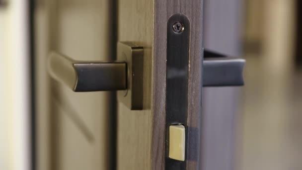Morpový zámek s rukojetí dveří ve vnitřních dveřích.
