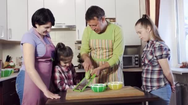 lány rácsok pontosan cukkini irányítása alatt a szülők