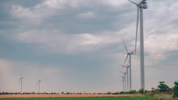 Turbina per mulini a vento che genera energia rinnovabile pulita in campo agricolo verde.