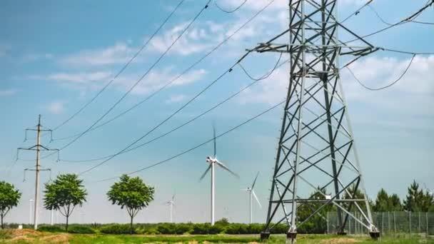 Větrné turbíny a elektrické vedení vysokého napětí. Nádherná letní krajina. Časový výpadek