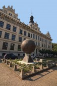 Litomyšl, Česká republika-August 20, 2018: Neobvyklý památník v podobě kovové koule s reliéfní obrázky. Krásné staré budovy na pozadí